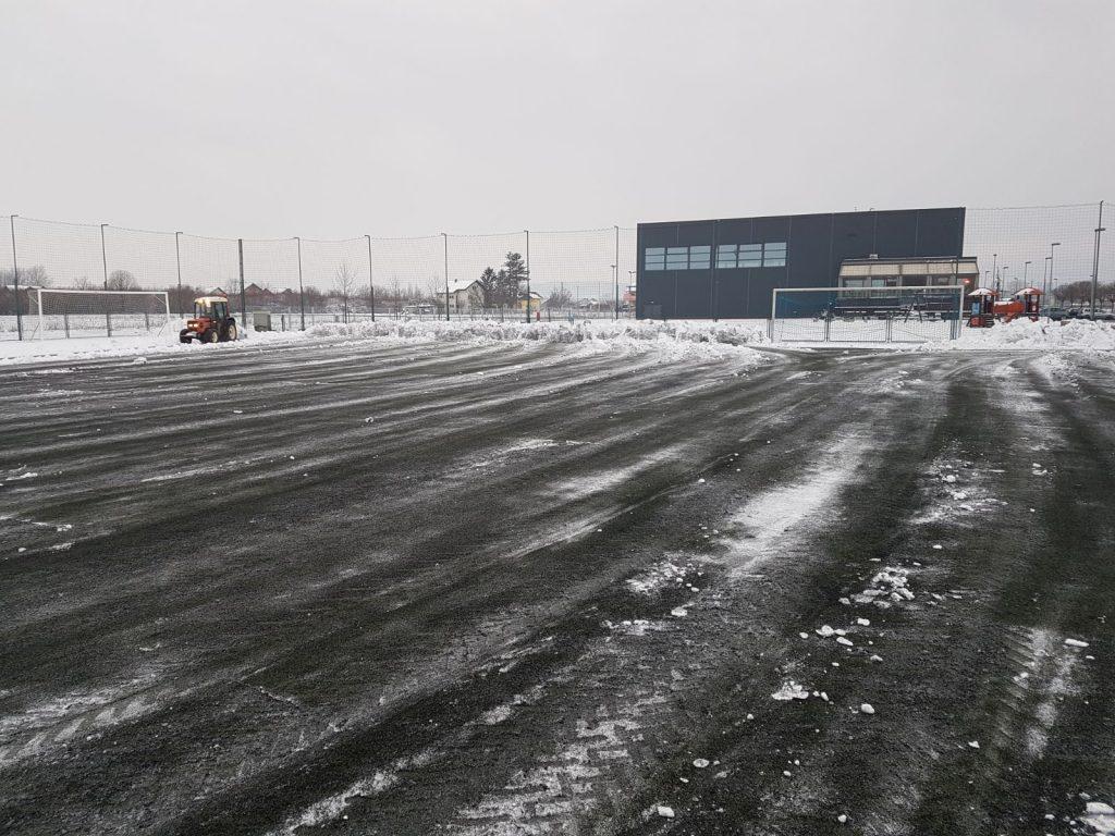 Užurbano čišćenje terena s umjetnom travom